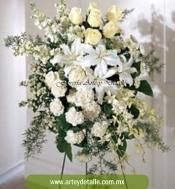 Envía elegante arreglo funerario
